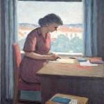 En kvinna skriver vid bordet