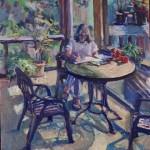 En tjej sitter med penna och block utomhus